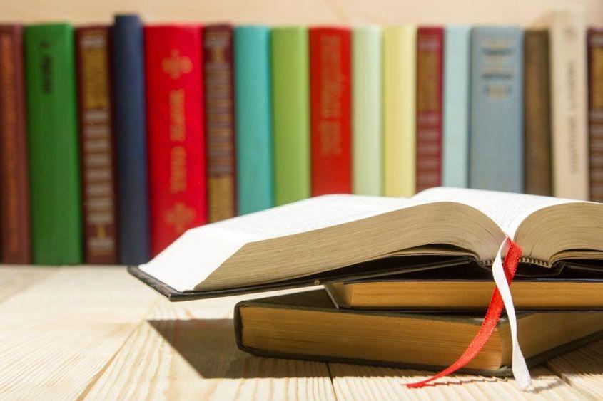 Cinco libros de Escritorio para el inversor novato
