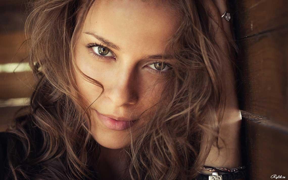 Фото красивых девушек - привлекательная шатенка