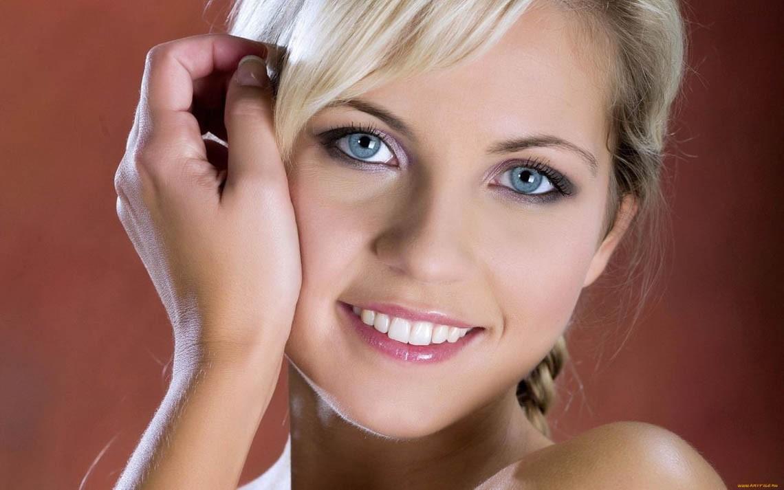 Фото красивых девушек - блондинка с голубыми глазами очаровывает взглядом
