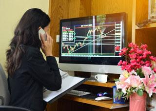 Женщина трейдер торгует на рынке Форекс